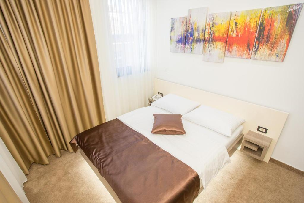Een bed of bedden in een kamer bij Hotel National