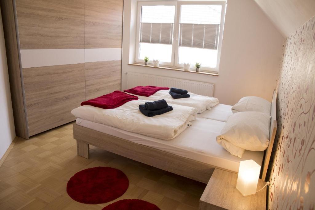 """Ein Bett oder Betten in einem Zimmer der Unterkunft Ferienhaus """"Kiek mol in"""" am Golfpark Gut Dühneburg"""