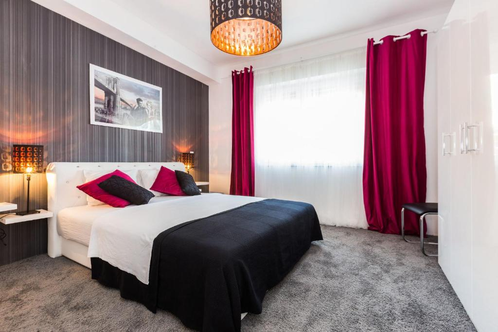 A bed or beds in a room at Luxury Apartments Elizabeth