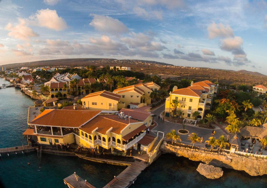 Uma vista aérea de Buddy Dive Resort