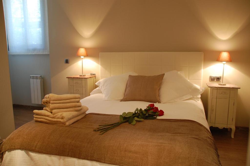 Cama o camas de una habitación en Montseny Suites & Apartments