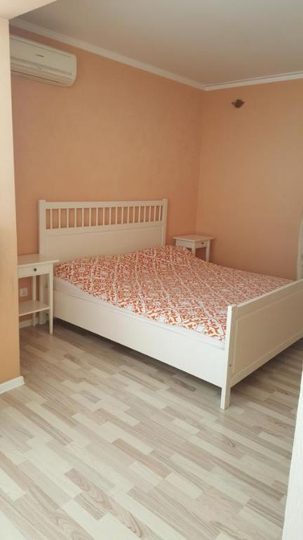 Кровать или кровати в номере Апартаменты на Клубничной