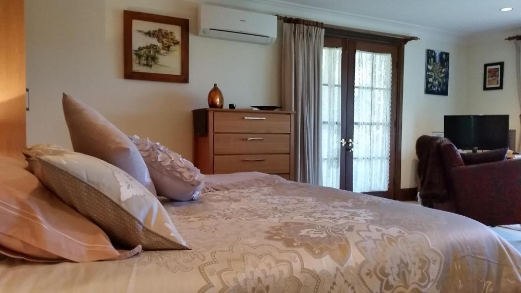 A bed or beds in a room at Bellbird Cottage B&B