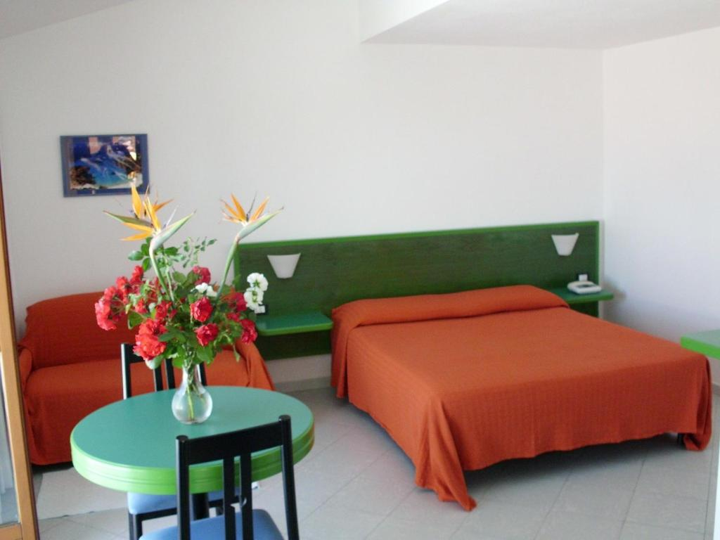 A bed or beds in a room at Hotel Piccada