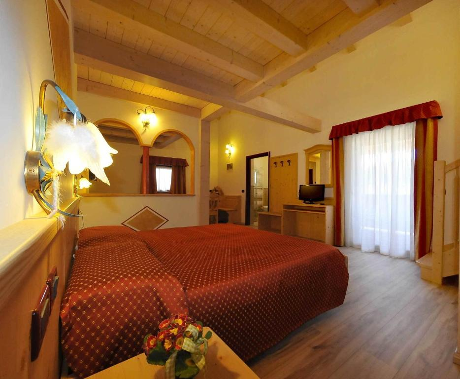 A bed or beds in a room at Albergo Alla Comparsa