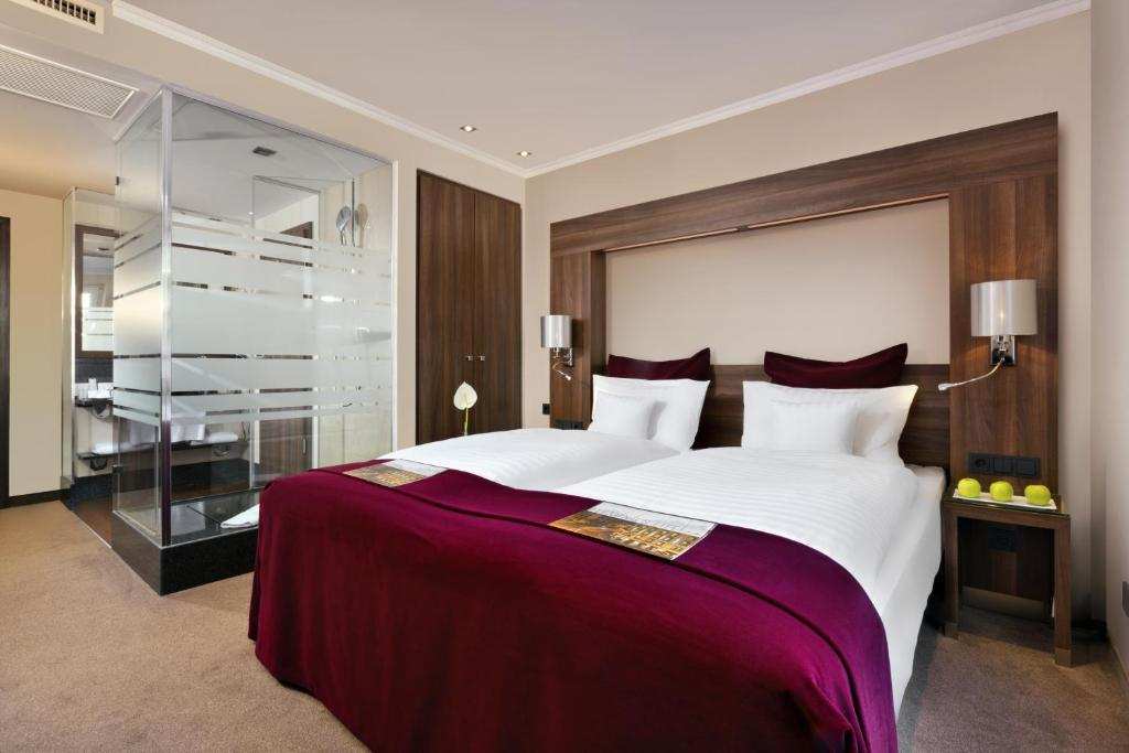 A bed or beds in a room at Flemings Hotel Frankfurt Main-Riverside
