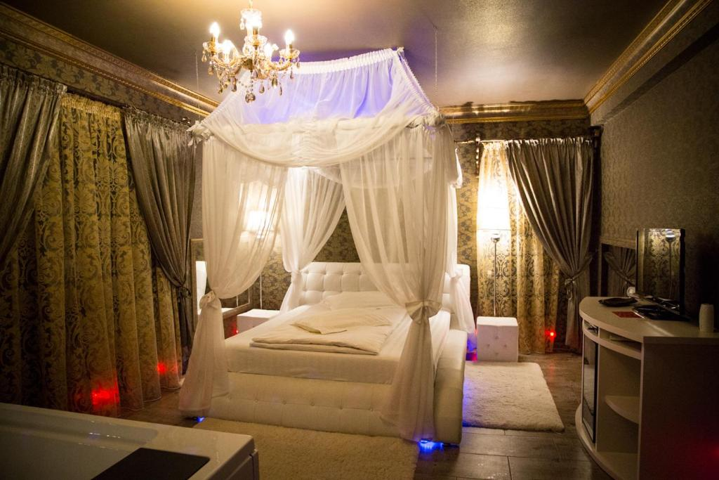 Un pat sau paturi într-o cameră la Hotel Boutique Mikaela (Adult Only)