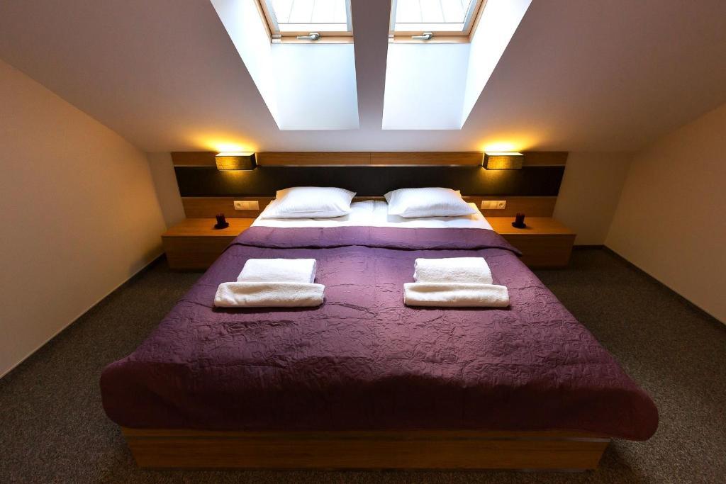 Łóżko lub łóżka w pokoju w obiekcie Hotel KARO