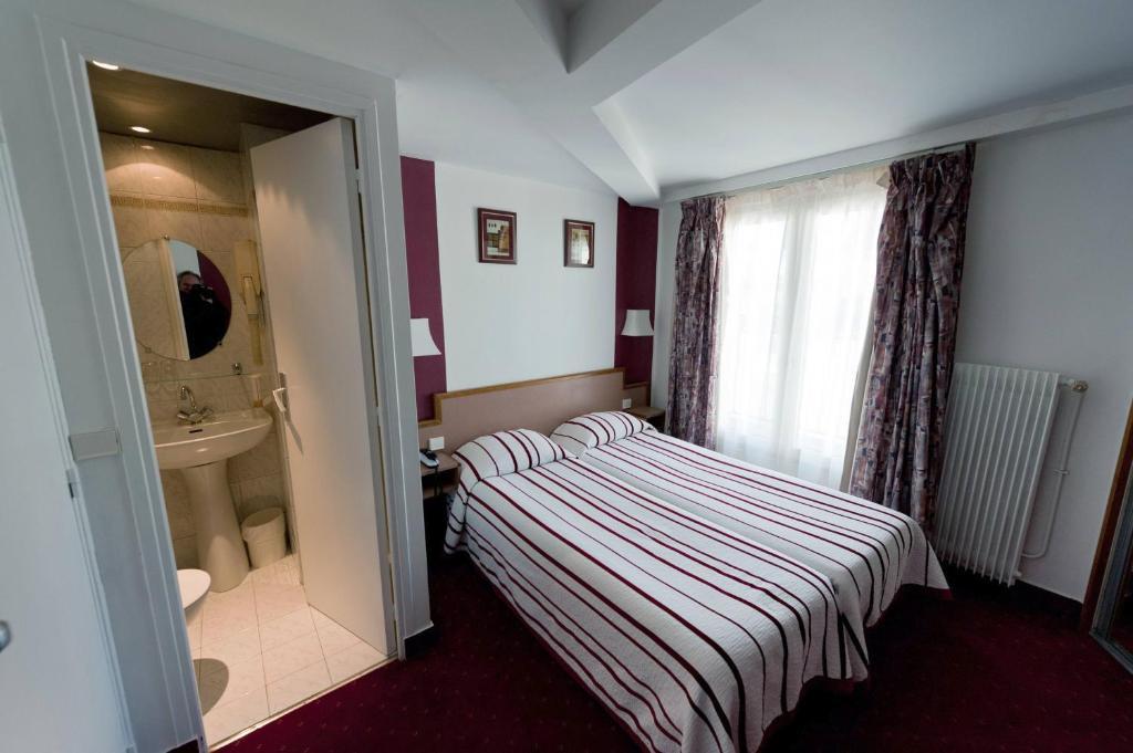 Cama o camas de una habitación en Hotel Royal Bergère