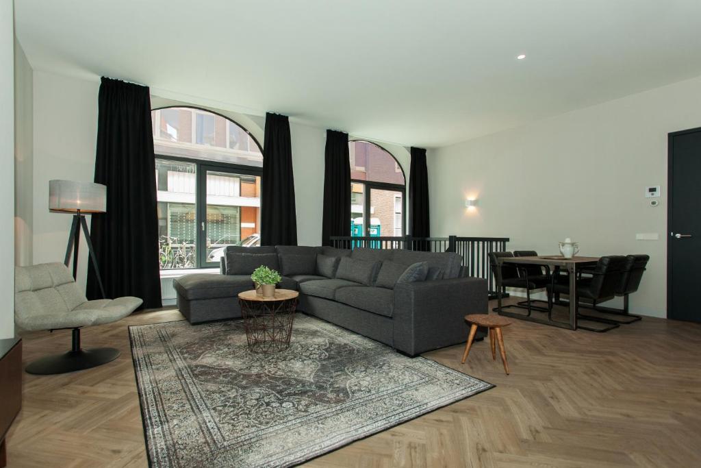 Ein Sitzbereich in der Unterkunft Stayci Serviced Apartments Westeinde