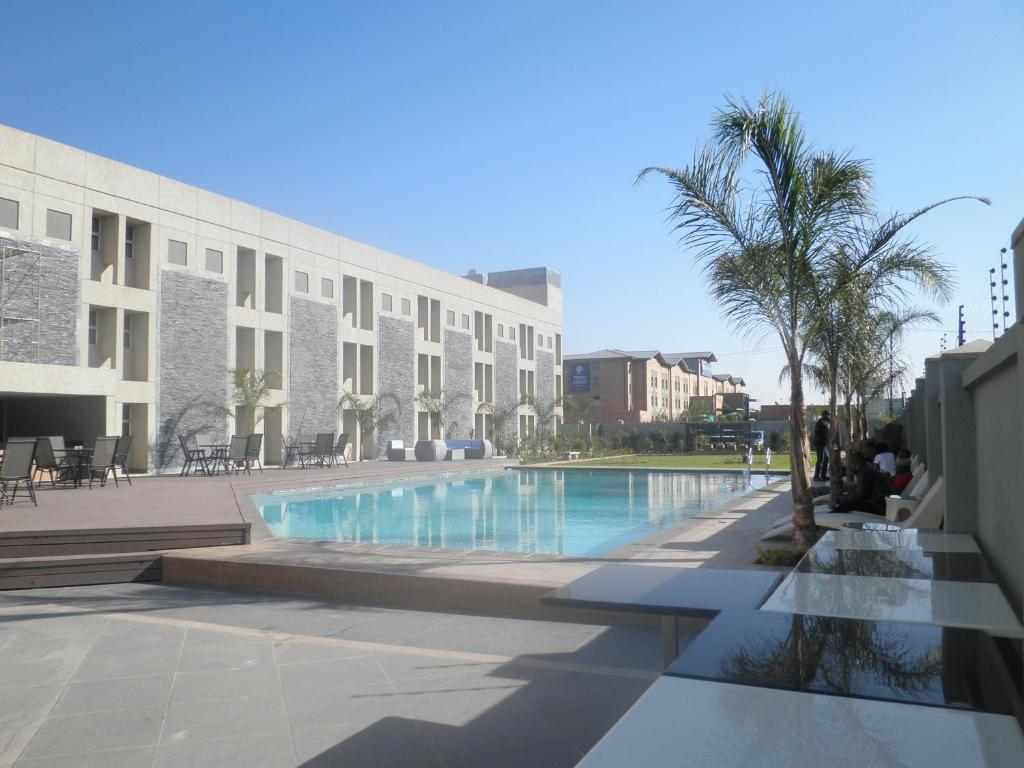 The swimming pool at or near Aquarian Tide Hotel 蓝汐酒店