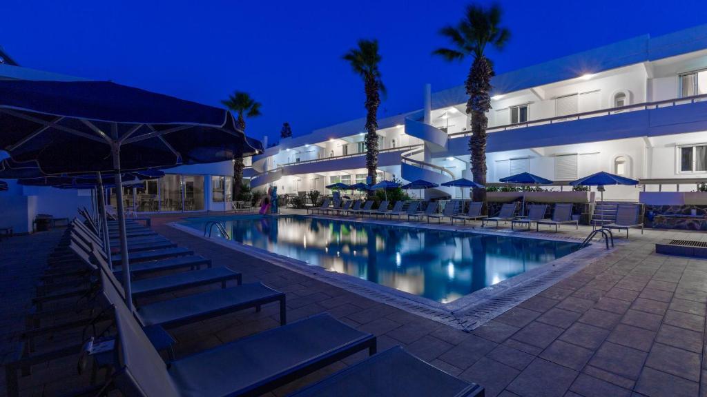 Majoituspaikassa Paleos Hotel Apartments tai sen lähellä sijaitseva uima-allas