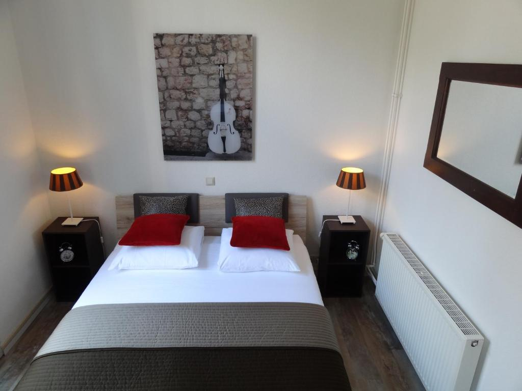 A bed or beds in a room at Appartement Leiden City Center