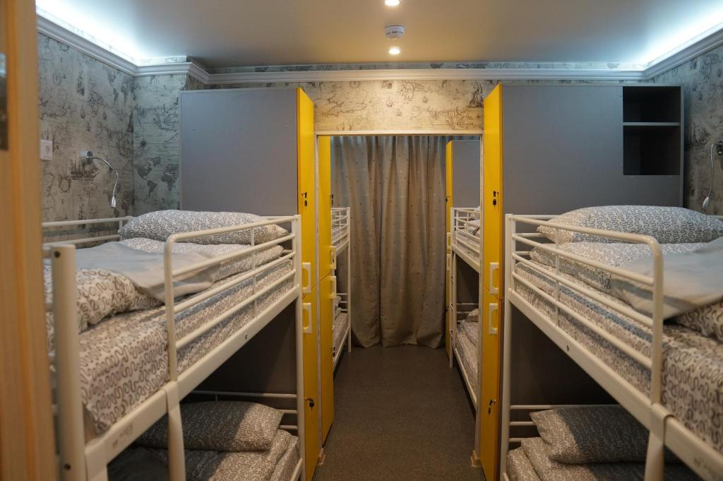A bunk bed or bunk beds in a room at Хостел Обской возле Толмачево