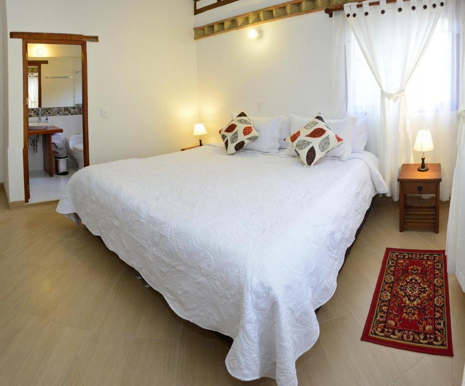 A bed or beds in a room at Hotel Villa del Angel