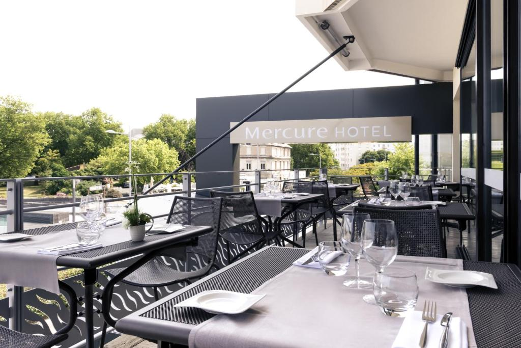 A restaurant or other place to eat at Mercure La Rochelle Vieux Port Sud