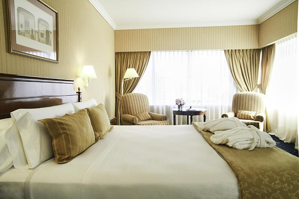 A bed or beds in a room at Emperador Hotel Buenos Aires