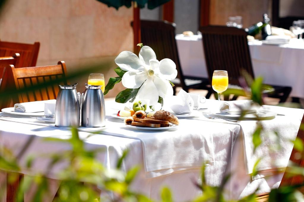 A restaurant or other place to eat at Ayre Hotel Alfonso II