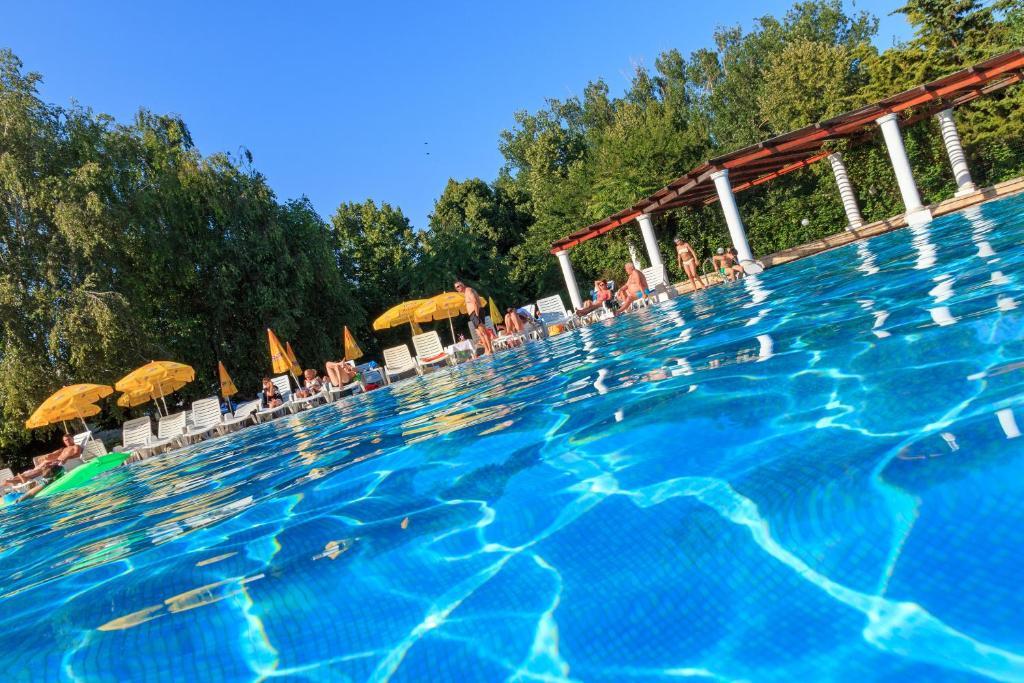 Der Swimmingpool an oder in der Nähe von Hotel 2D Resort and Spa