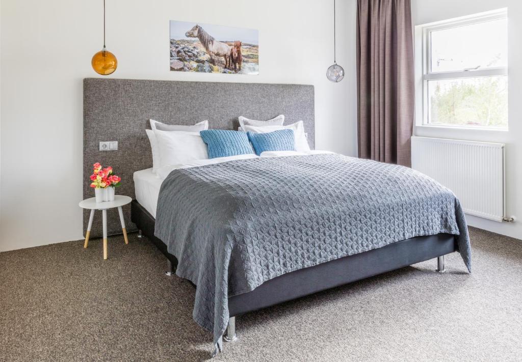 Een bed of bedden in een kamer bij Litli Geysir Hotel