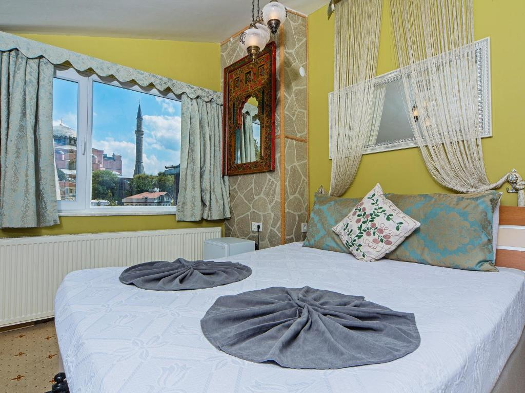 A bed or beds in a room at Modern Sultan Hotel
