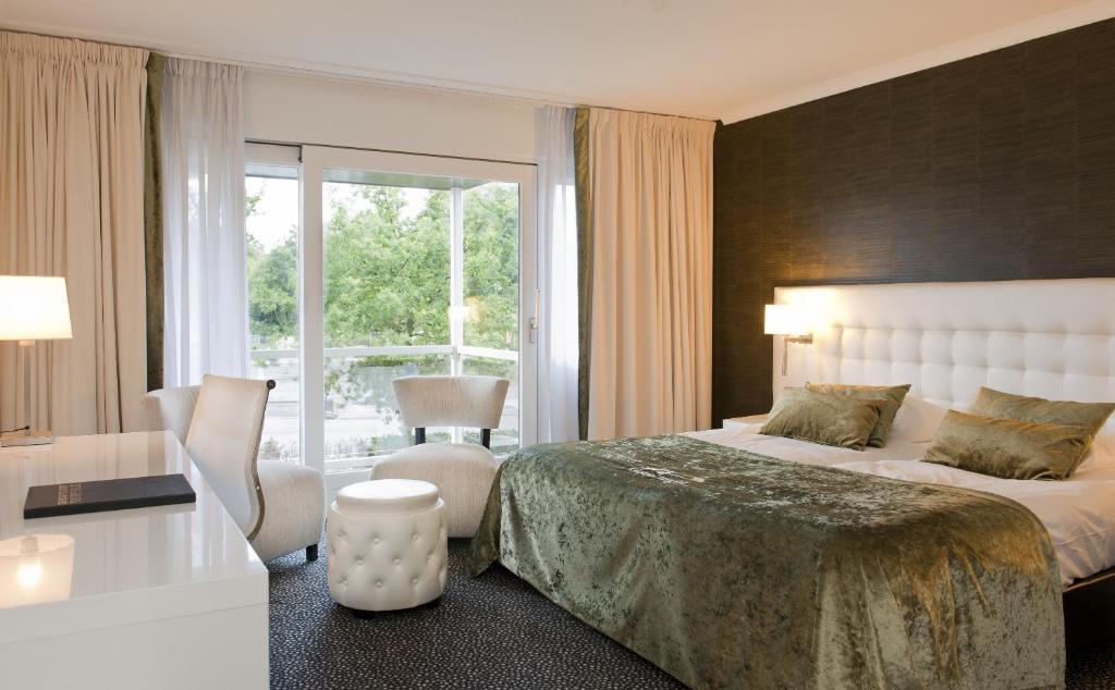 A bed or beds in a room at Van der Valk Hotel Den Haag - Voorschoten