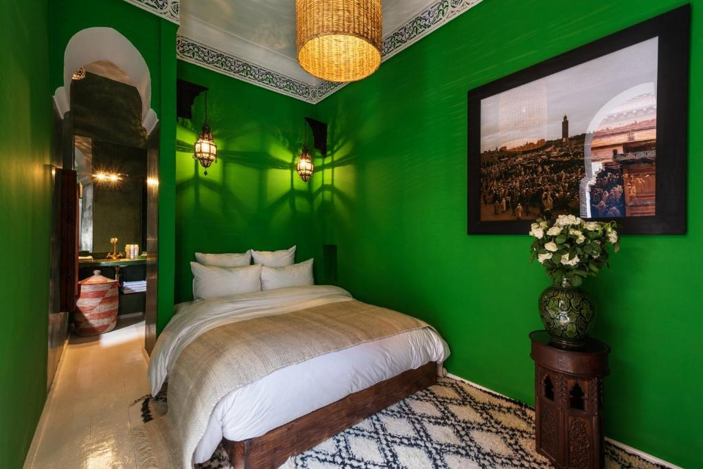 A bed or beds in a room at Riad Les Yeux Bleus