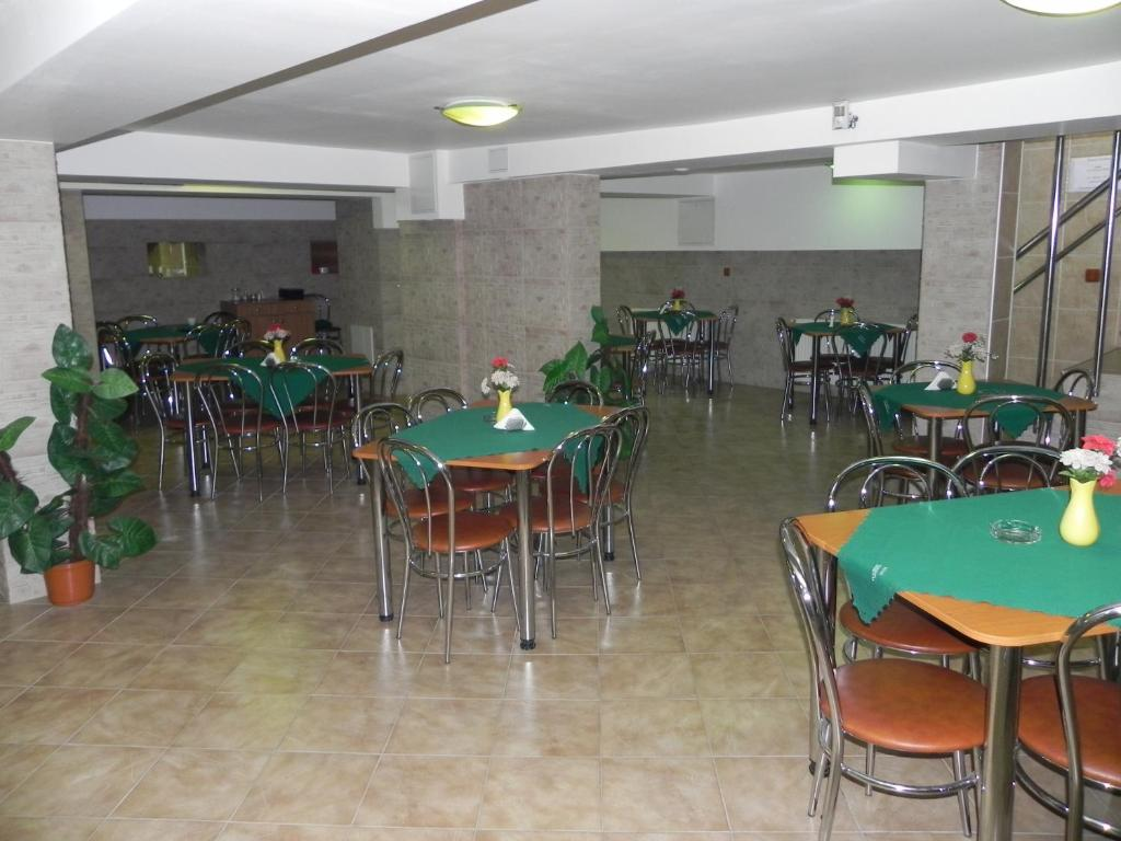 A restaurant or other place to eat at Hotel Zimbru
