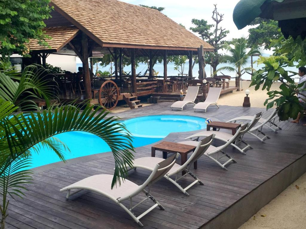 The swimming pool at or near V-View Beach Resort