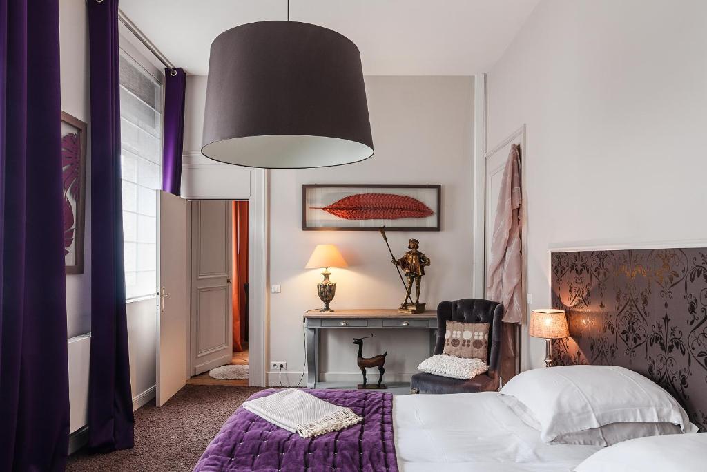 Een bed of bedden in een kamer bij La Maison du Champlain - Chambres d'hôtes