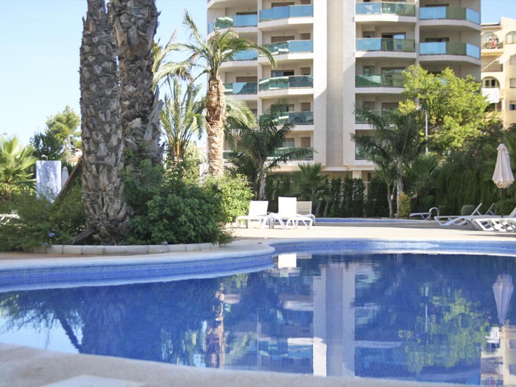 Het zwembad bij of vlak bij Apartamentos Esmeralda Suites