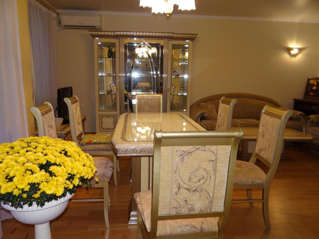 A restaurant or other place to eat at Luxury Versailles Apartments Center Opera