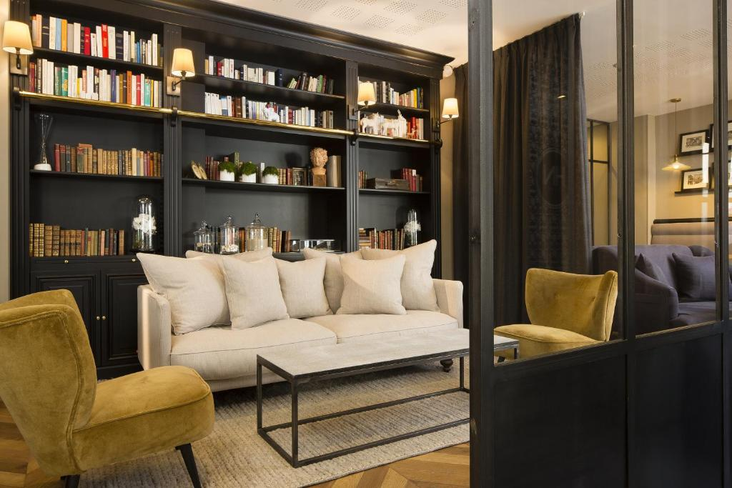 The lounge or bar area at Hotel De Nemours Rennes