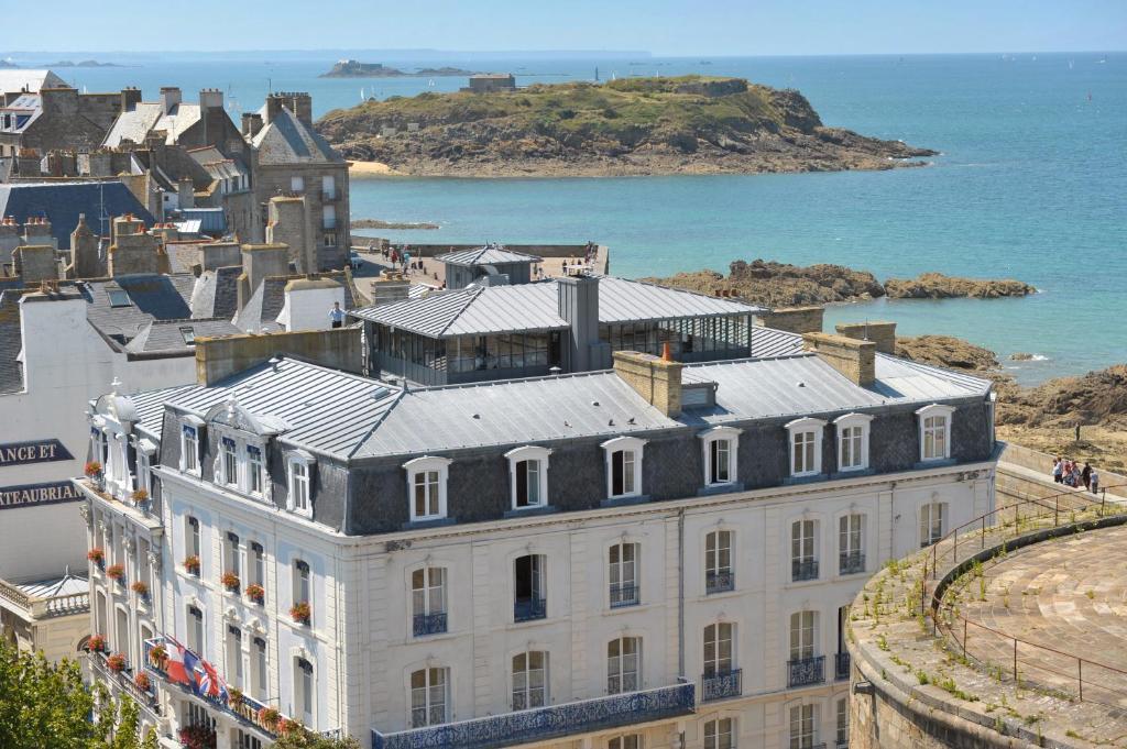 Vue panoramique sur l'établissement Hotel De France et Chateaubriand