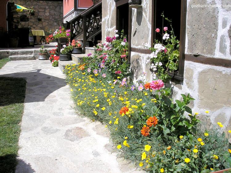 Градина пред Гозбарова Kъща за Гости