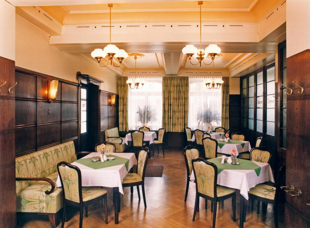 A restaurant or other place to eat at Hotel Merkur Garni