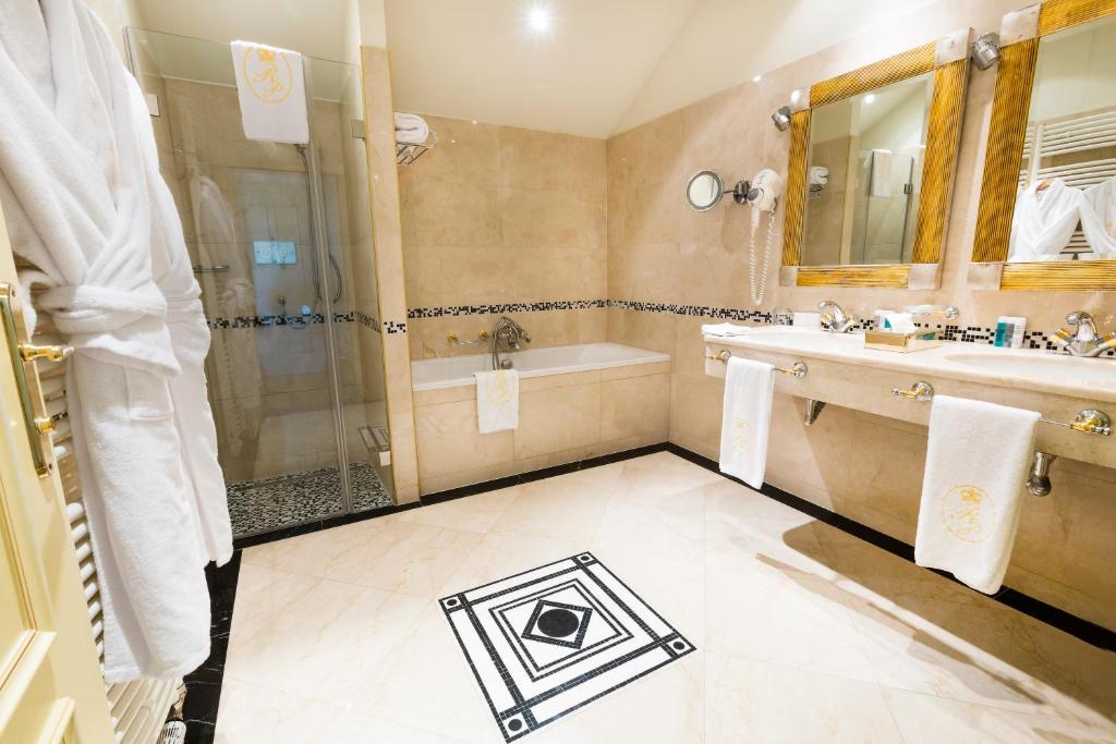 A bathroom at Luxury Family Hotel Royal Palace