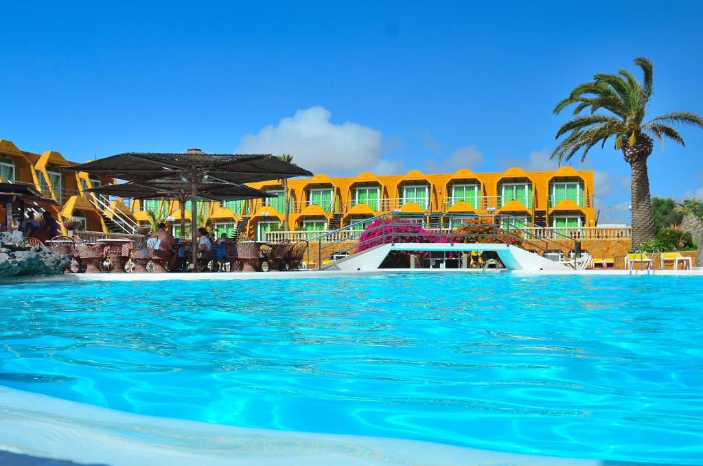 The swimming pool at or near Aparthotel la Piramide