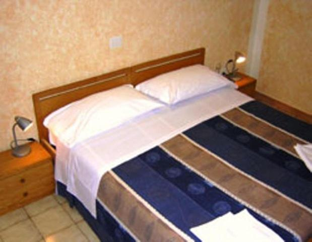 A bed or beds in a room at Hotel Bolognese
