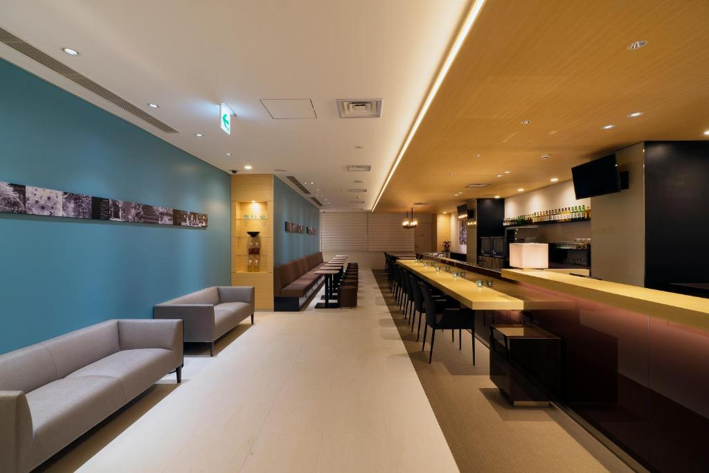De lobby of receptie bij First Cabin Shinbashi Atagoyama