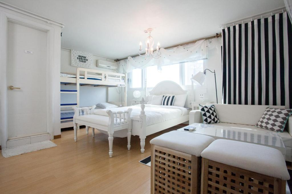 A bunk bed or bunk beds in a room at Han River Residence & Guesthouse