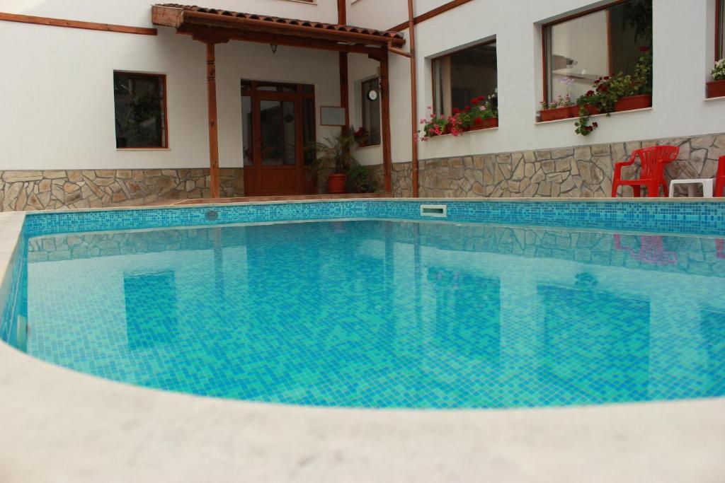 Бассейн в Hotel Sredna Gora или поблизости