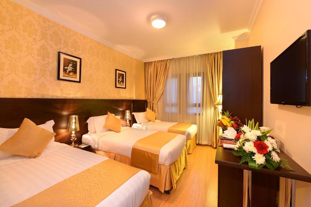 Cama ou camas em um quarto em Jewar Al Saqefah Hotel