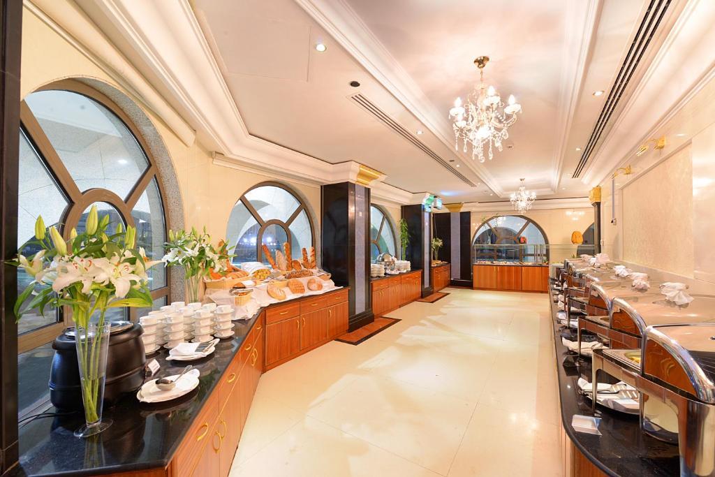 مطعم أو مكان آخر لتناول الطعام في فندق جوار السقيفة