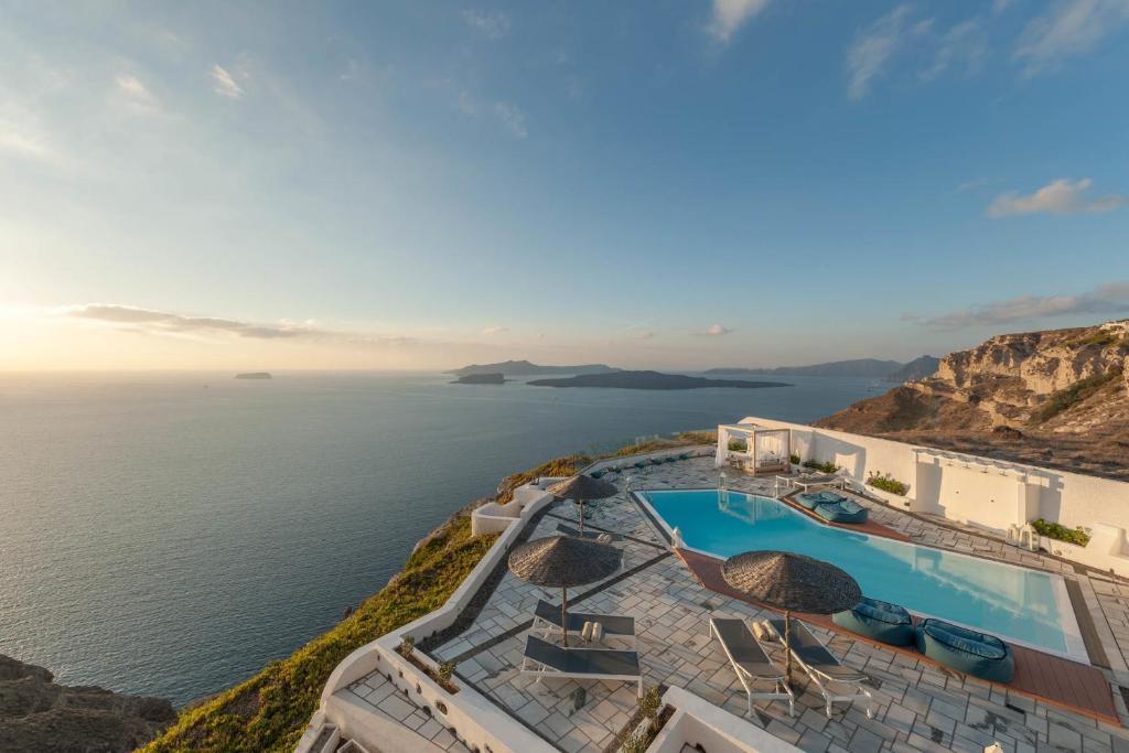 Majoituspaikan Caldera's Dolphin Suites uima-allas tai lähistöllä sijaitseva uima-allas