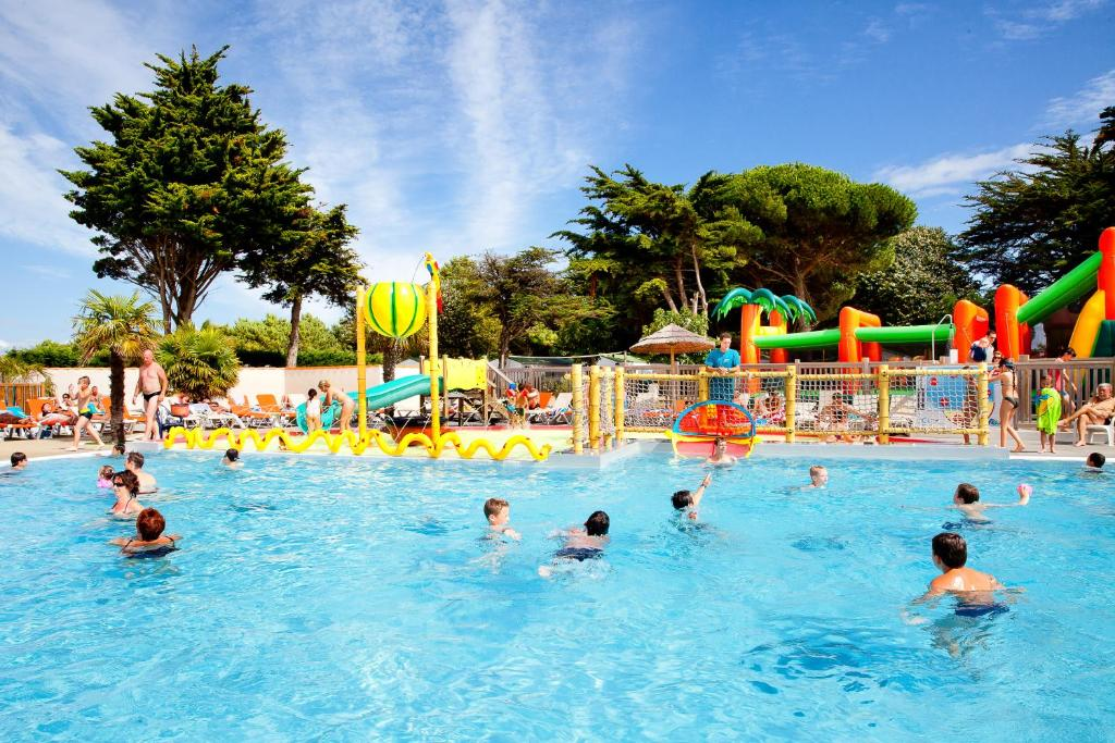 The swimming pool at or near Camping Les Peupliers