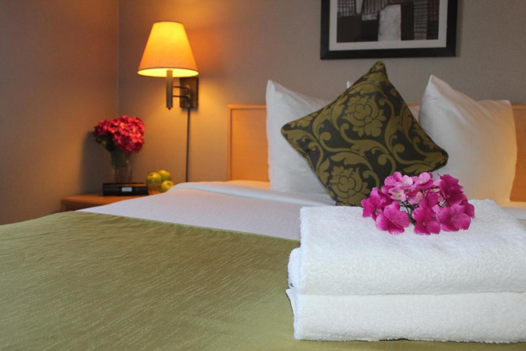 A bed or beds in a room at Vantage Inn & Suites