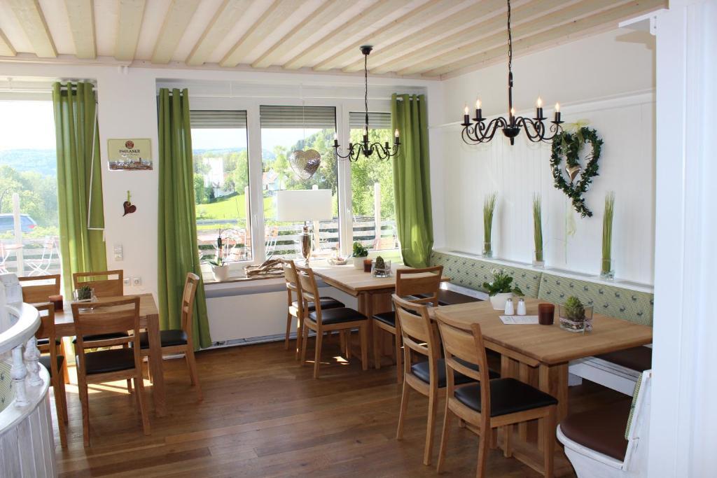 Ein Restaurant oder anderes Speiselokal in der Unterkunft Alb-Stube