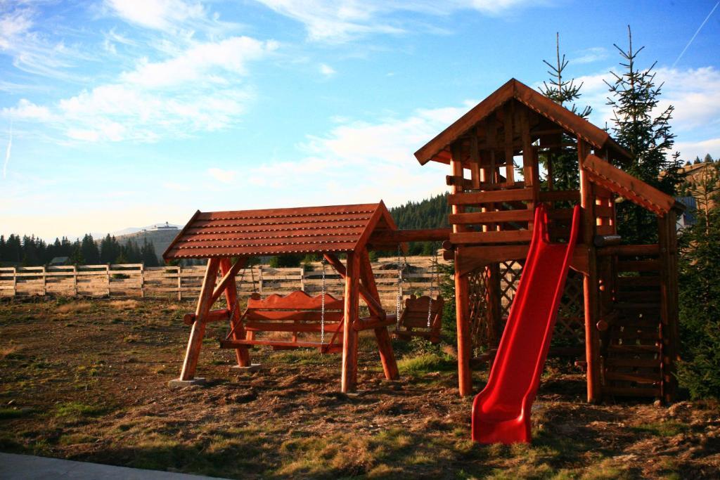 Zona de joacă pentru copii de la Pensiunea Muntele Alb