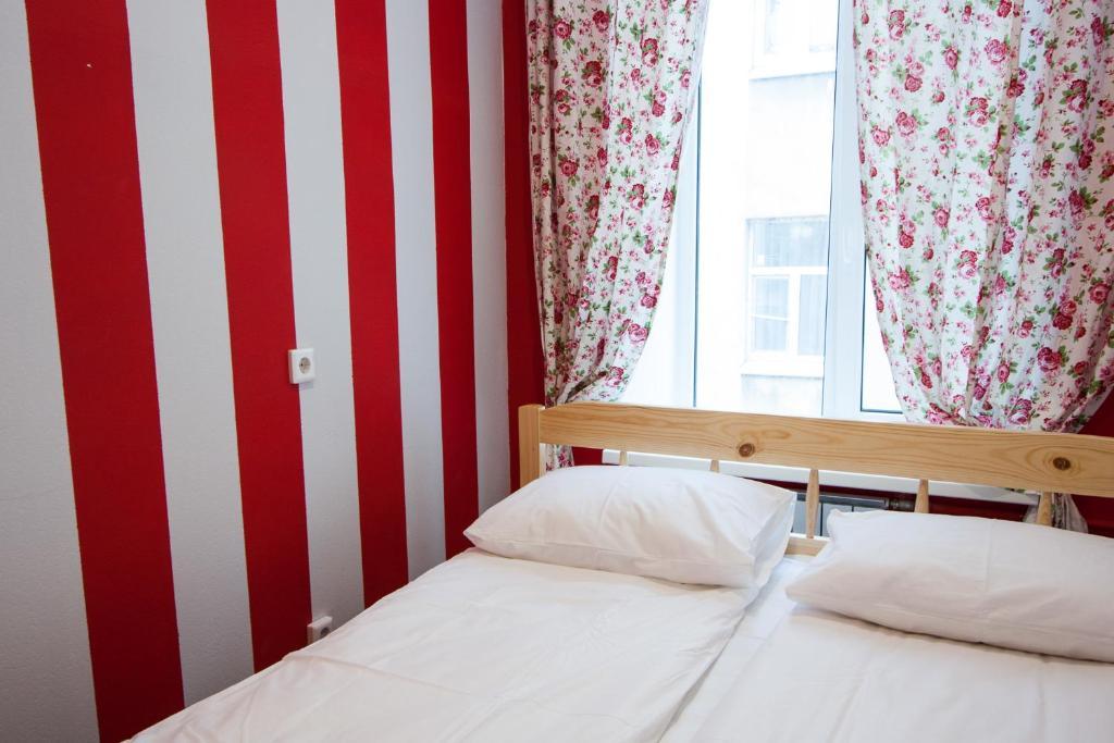 Кровать или кровати в номере Краски
